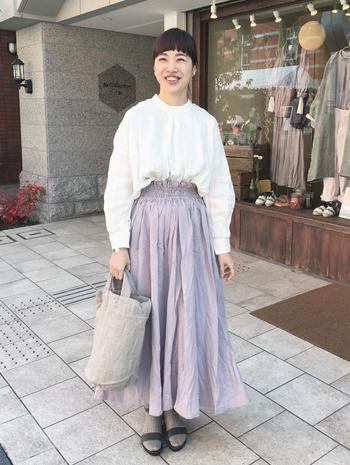 ラベンダーのような可愛らしいフレアスカートには丸首のブラウスをチョイス。しっかりボタンを留めて着こなすことで夏のお嬢さん風に仕上がりますよ。