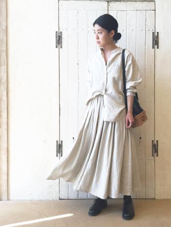 生成りのボリューム感のあるフレアスカートには同系色のブラウスをタックイン。小物やシューズはブラックで引き締めてスタイルアップを狙いましょう。