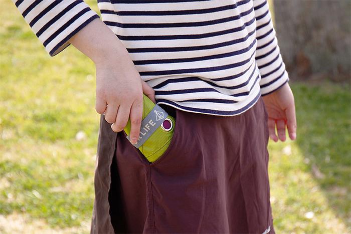 畳むとここまでコンパクトになるというから驚きです!カラビナもついているので、リュックなどにかけて持ち運ぶこともできますよ。