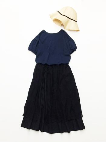 ブラックとネイビーの着こなしは実は上級者向けのコーディネート。トップスのパフスリーブと二枚重ねのふんわりスカートで可愛らしくなりがちなところを、ダークな色味がカジュアルダウンしてくれています。