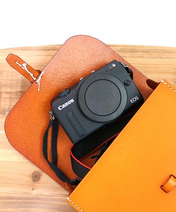 コンパクトカメラがゆとりを持って入れられる大きさ。スタイリッシュにさりげなくカメラを持ち歩けます。