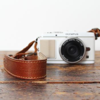 職人さんが厳選し、時間をかけて天然タンニンなめしを施したオイルレザーでつくられたカメラストラップ。スタンダードで使いやすく、どんなカメラにも合うオールマイティーなデザインです。
