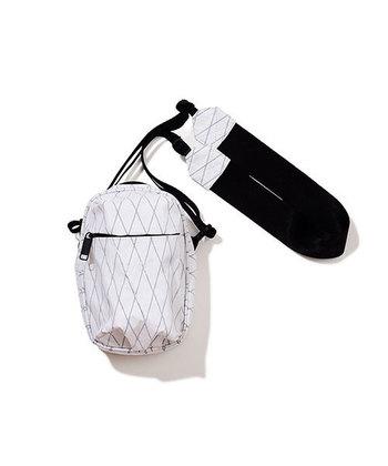 ショルダーバッグとしてはもちろん、ショルダー部分を取り外してポーチとしても使うことができます。