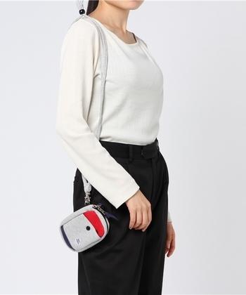 ショルダーひもが付いているので、肩にかけて使うもよし、カラビナも付いているのでバッグ等にも着けることが可能です。そのままポーチとして使うこともでき、何かと便利です。