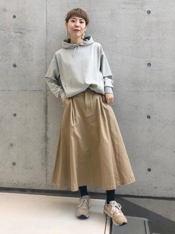 しっかり素材でエッジの効いたベージュのフレアスカートは、グレーのパーカーを合わせてクールにきこなしたい。あまり多くの色を使わずシンプルにまとめる事でこなれ感も演出できますね。