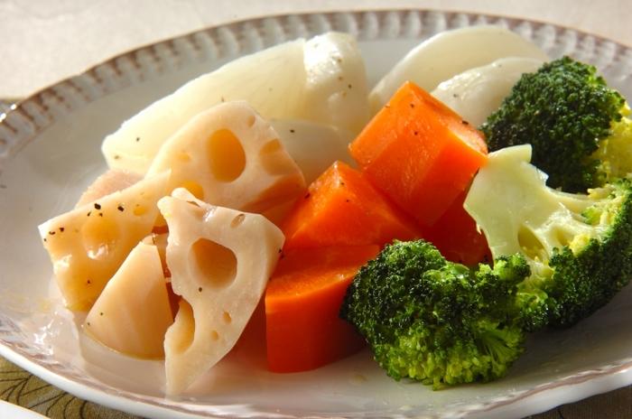 ■蒸し野菜のホットサラダ 最後の副菜が「蒸し野菜のホットサラダ」です。蒸し野菜の場合はつけるディップソースが実は高カロリーだったりしますが、このサラダのレシピは蒸し野菜をオリーブオイルベースのドレッシングで和えてしまうのでディップソースのつけすぎを防ぐ事ができます。