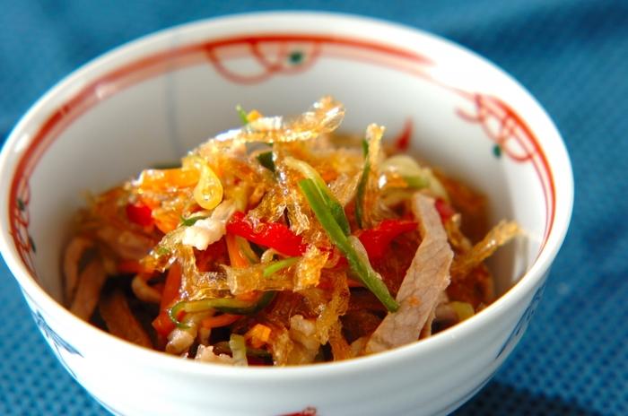 ■糸寒天の中華サラダ 春雨よりもヘルシーな糸寒天を使った中華風サラダは食物繊維も豊富で小腹が空いた時やあと一品欲しい時にとっても役立つレシピです。