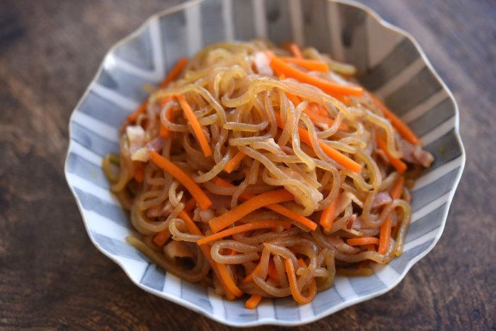 ■糸こんにゃくのきんぴら ベーコンやニンニクも入る洋風な味付けの「糸こんにゃくのきんぴら」。ダイエット中はシンプルな味付けが多くなりがちですが、低カロリーの糸こんにゃくを使えば洋風なアレンジで楽しみながらダイエットする事ができます。糸こんにゃくは明太子と炒め煮にしたり焼肉のタレで煮込んだり味付けを変えれば色々アレンジできますよ。