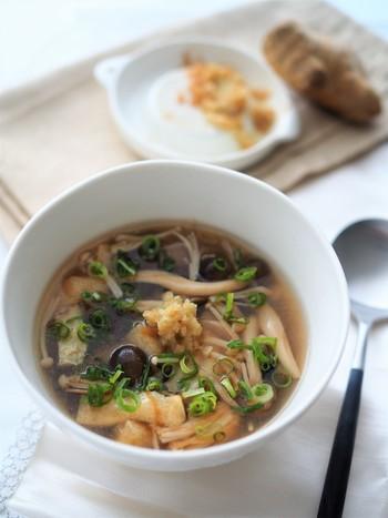 ■たっぷりキノコの生姜スープ 冷しゃぶとサラダと冷たいものが続くので、ホッと一息スープをプラス。体を温める効果が期待できる生姜は発汗作用を促すため意識して摂取する事で痩せやすい体作りに一役買ってくれます。また一緒にいれるキノコ類も低カロリーなので食べ応えもあり満腹感を得られる万能スープです。小腹が空いた時は間食としてこのスープでお腹を落ちつかせるのも手ですよ。