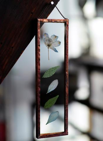 主役のデルフィニウムの花を、紫陽花の花弁と山野草の葉で引き立てて。花はもちろん、花弁のひとひらにも、美しさが潜んでいることに気付かされます。