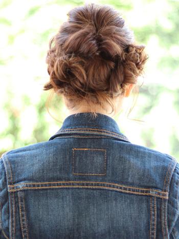 トップを「くるりんぱ」して両サイドとうなじの髪の毛で三つ編みを作り、アメピンで留めたおしゃれなスタイル。ロブヘアにひと手間加えるだけで、女性らしくて華やかなアレンジスタイルも楽しめますよ◎。