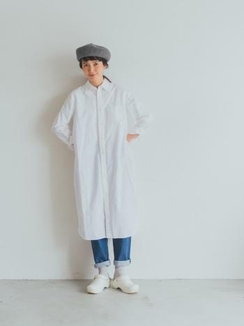 シンプルな白のシャツワンピースとデニムは好相性な組み合わせ。スッキリ着こなすためにも、デニムの裾はロールアップして足元にぬけ感を出してあげましょう。