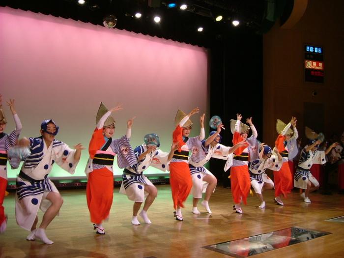 毎年8月のお盆期間4日間に開催される徳島県の伝統芸能の一つである「阿波おどり」が年間を通じて楽しめる場所として建てられた「阿波おどり会館」。間近で「阿波おどり」を体験することができます。