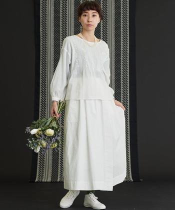 透け感のある白ブラウスは、白のスカートと合わせてセットアップ風のワントーンコーデに。インナーで遊び心をプラスできるので、あえて柄や色味のある物を選んでも◎