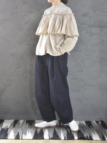 ボリューム感のあるフリルがあしらわれたブラウスは、メンズライクなワイドパンツと合わせてクールな印象に。ベージュ×ネイビーの組み合わせで、大人っぽさをしっかりアピール。