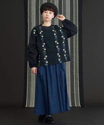 黒ベースの花柄ブラウスは、デニムのロングスカートに合わせて。ダークトーン同士の組み合わせでも、爽やかな花柄があるだけで印象がグッと変わりますよね。