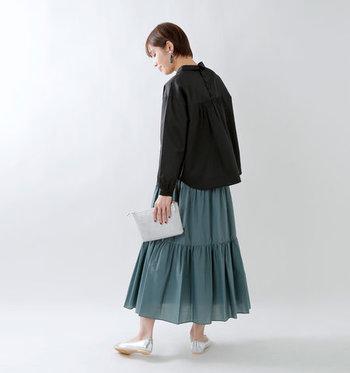 黒のブラウスはメンズライクな印象になりがちなので、グリーンのキレイめカラースカートを合わせてエレガントに。ボリューム感のあるスカートなら、簡単にハンサム女子コーデを作ることができますよ♪