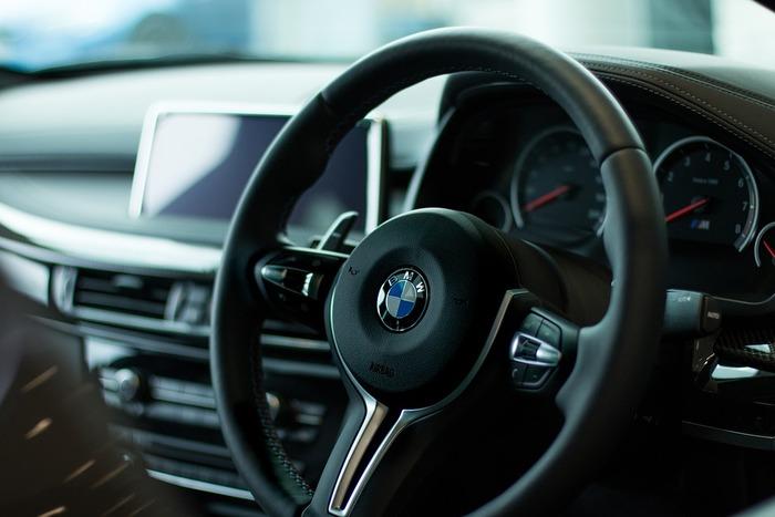 車の購入も大きな金額のお金が必要となるライフイベントのひとつです。車のランクによっても、必要となる金額は変わってきます。車は車検や駐車場、ガソリン代など維持費も多額のお金がかかるものです。車を何年ごとに購入するか、どんな車種を選ぶのかといったことについても理想と現実をしっかりと見極めていきたいですね。