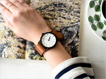 マットな質感のケースが美しいこちらの時計は「To Wear Everyday(毎日身につけるために)」をテーマとしたスウェーデンのものです。艶やかな革のベルトは使い込むほどに味わいを増していきます。
