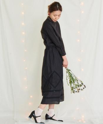 裾にぐるりと刺繍が施された黒スカートは、黒トップスを合わせてセットアップ風のコーディネートに。柔らかな雰囲気のある刺繍デザインも、黒を選べばクールに着こなせます。