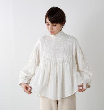 刺繍が施されたお洋服は、コーデにプラスすると女性らしく上品な印象にしてくれます。 今回はそんな刺繍デザインのアイテムを取り入れた、大人女子コーデをご紹介します。