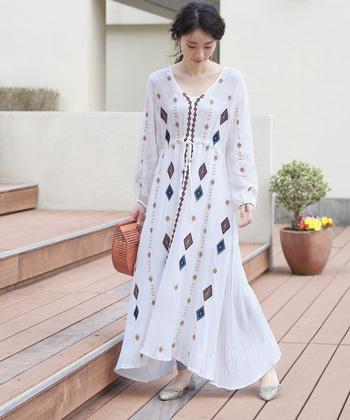 エスニックな雰囲気を醸し出す白ワンピースは、一枚でさらりと着こなしてもおしゃれにキマります。透け感対策としてレギンスやスキニーデニムなどを合わせると、トレンド感もグッとアップ♪