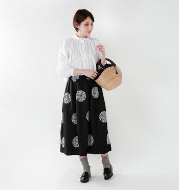 アジサイの柄をドット刺繍で描いたロングスカートは、白ブラウスを合わせてナチュラルな着こなしに。黒スカートのインパクトが抜群なので、白・黒・グレーなどベーシックなカラーのみを使っているのがポイントですね。