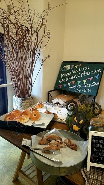 クロワッサンやベーグルなど、いろいろなパンがあり、店内にはおいしそうな香りが漂います。