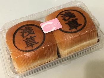 10坪ほどの小さな店内には、カレーパンなどのお惣菜パンやメロンパンなど甘いパンなどが所狭しと並んでいますが、その中でも1番の人気が「浅草あんパン」。四角いちょっと大きめサイズと焼印が特徴です。