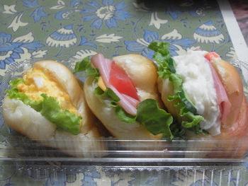 あんパンとセットにするなら、お惣菜パンもおすすめ。昔懐かしいロールパンのサンドイッチは、素朴でやさしい味わいです。