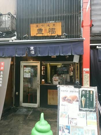 浅草寺そばの伝法院通りにある「豊福」は、1日に800個も売れるカレーパンが人気のお店。軒先はいつも大勢のお客さんで溢れています。