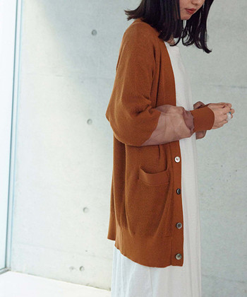 ワンピースにカーディガンを羽織ったスタイリングは、一年を通して使えるおしゃれテクニックの一つです。今回はそんな2アイテムを組み合わせた素敵なコーディネートを、春夏と秋冬の季節別にご紹介します。