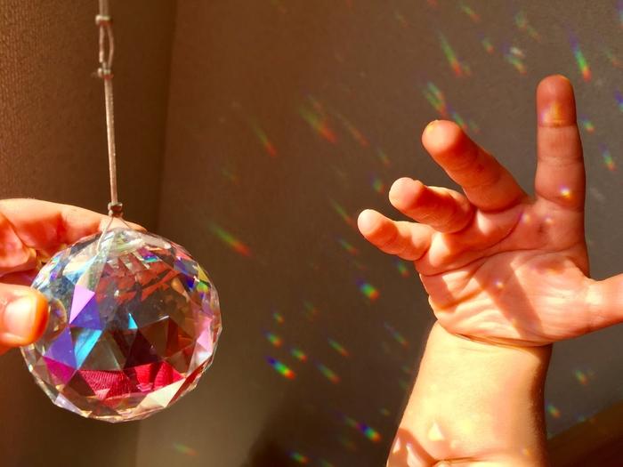 透明の多面体であるサンキャッチャーを、太陽の光が当たる窓際に吊り下げることで、太陽光がプリズムのように分光して、小さな虹の光がたくさんあふれます。