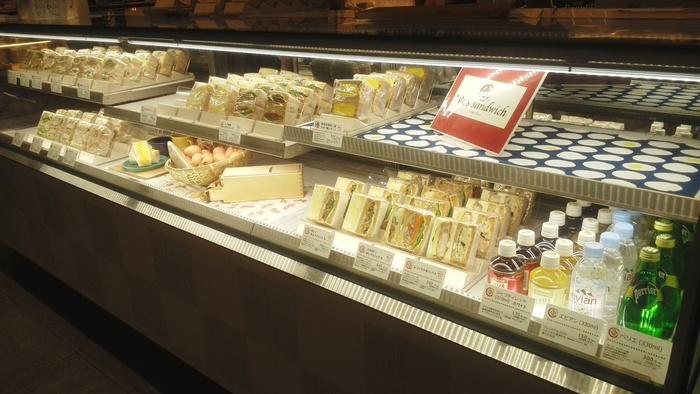 """サンドイッチがずらりと並ぶショーケース。こちらのパンは、すべて国産小麦を使用した自家製の石窯焼き。""""和""""をコンセプトにしたサンドイッチの具材には、お味噌やお酒、お醤油の旨みが活かされています。"""