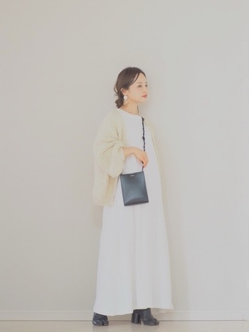 白のフレアワンピースに、ベージュのカーディガンを合わせた爽やかなナチュラルコーデ。足元をパンプスやサンダルに変えれば、より一層季節感のある装いに♪