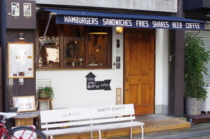 本格派のハンバーガーをテイクアウトするなら、東京メトロ丸の内線「新宿御苑前」駅から徒歩2分のところにある「CHATTY CHATTY(チャッティ チャッティ)」がおすすめです。新宿御苑の大木戸門からも歩いてすぐなので、お天気の良い日はテイクアウトを求めるお客さんで行列ができます。