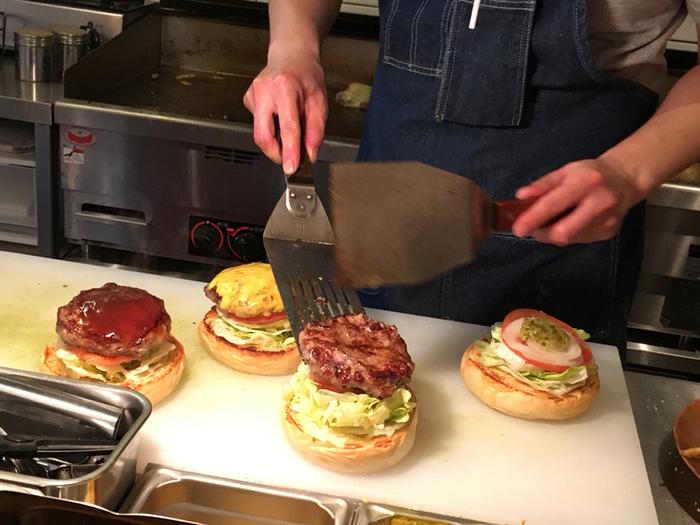 """ここのハンバーガーの特徴は、毎日手ごねで作るジューシーな肉厚パティ。""""超極荒挽き""""の上質なオージービーフ100%をつなぎなしで形成し、国産豚の網脂で包むことでステーキのようなジューシーなパティに仕上げているそう。"""