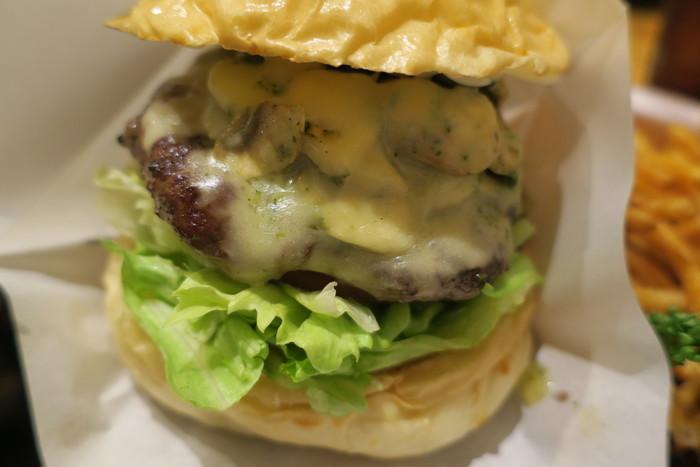 女性に人気の「バジルマッシュルームチーズバーガー」も食べてみたいですね。チーズバーガーだけでも6種類以上ある豊富なラインナップは、何度も通うファンがいるのも納得です。