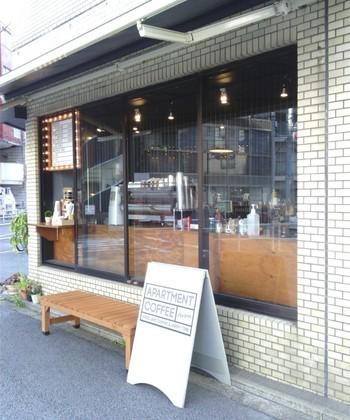 ごはんやスイーツのお供にドリンクも欲しくなりますよね。そんな時は、新宿御苑から歩いて5分ほどのところにある「Apartment Coffee(アパートメントコーヒー)」で、おいしいコーヒーをテイクアウトしませんか?