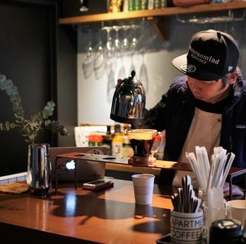 1杯ずつ丁寧にドリップしてくれるコーヒーは、ほのかな酸味のあるすっきりとした味わい。店内に広がるコーヒーの香りに癒されながら、目の前でドリップの様子が見られるのも楽しいですね。