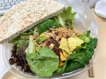 人気メニューは、カスタムオーダーサラダ。新鮮なリーフサラダにをベースに、アボカドやクレソンなど20種類以上の具材からお好みをセレクトできます。ドレッシングも8種類あり、その組み合わせは1,600万通り以上!