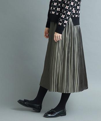 カーキロングスカートは、フェミニンにもメンズライクにも着こなせる着回し力抜群のアイテム。ぜひワードローブに加えて、春夏秋冬色んな着こなしを楽しんでみてくださいね♪