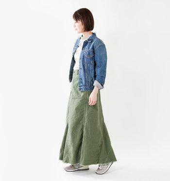 ミリタリー感のあるカーキのロングスカートは、パンツをリメイクしてフレアシルエットに仕上げたアイテム。デニムジャケットとスニーカーを合わせて、ロングシーズンOKのコーディネートが完成♪