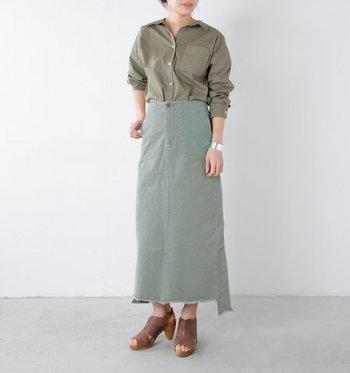 カーキのロングスカートに、カーキのシャツを合わせたワントーンコーデです。アシンメトリーにカットした裾のデザインが、ヴィンテージライクでクールな雰囲気に。