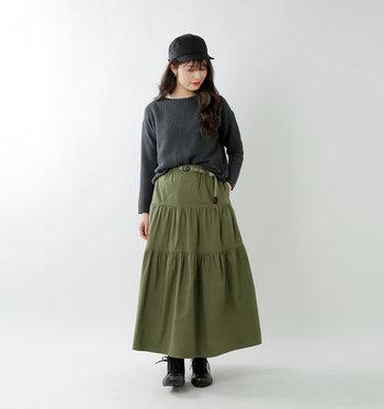 カーキのティアードスカートを、黒トップス&小物でまとめた辛めのコーディネートです。女性らしいティアードスカートをあえてクールにスタイリングすることで、おしゃれなミックススタイルが楽しめます。