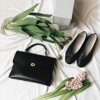 バッグと靴は、ミニマルな物で抑えめに。ヒールは極力履かず、履き心地が良く疲れない靴を好んでいるそうです。大人シンプルな装いのときは、写真の「VIEILLE(ヴィエイユ)」の白か黒を。カジュアルなときは「CROWN(クラウン)」のレースアップシューズの白か黒を、コーディネートに合わせて選んでいると言います。 購入時はアイテムそのものの見た目だけでなく「持っている洋服に合わせやすいか」を重要視しているという視点も、こなれた佇まいを作る上で大切なのかもしれません。