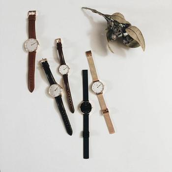 お出かけには腕時計も欠かせません。時刻を確認するときにカバンを開けてスマホを探して取り出して…とするよりも、さっと腕元に視線を走らせる方が断然スマート。また、ファッションの大事なアクセントにもなるのが時計の良いところです。サイズやデザインが異なるさまざまな時計を、季節や雰囲気に合わせてコーディネートしているそう。