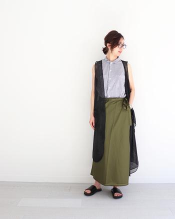 スッキリシルエットのラップスカートは、トレンド感たっぷりな今っぽデザインが魅力。ノースリーブのシャツとベストを合わせて、夏にぴったりな涼し気コーデに仕上げています。