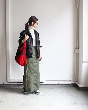 ミリタリーのシャツとパンツをリメイクして作られた、メンズライクなリメイクスカート。白のタートルネックと黒アウターを合わせて、赤のバッグを差し色に活用しています。