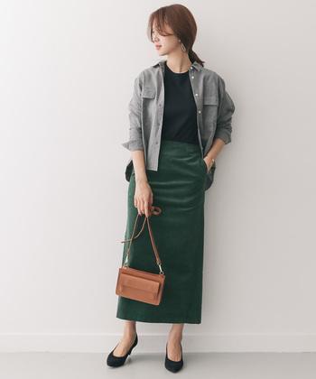 ストレートシルエットのカーキロングスカートは、コーデュロイ素材を選んで秋冬の季節感たっぷりに。黒トップスとグレーのシャツを合わせて、きっちりハンサムな大人女子コーデに♪